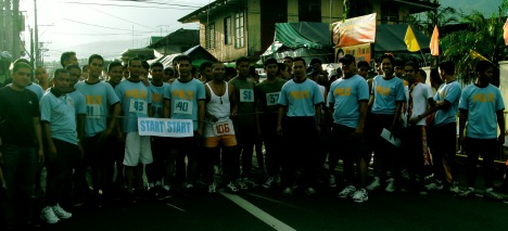 Participants and organizars of Rizal PNP Marathon '08 on its dawn pre start pose