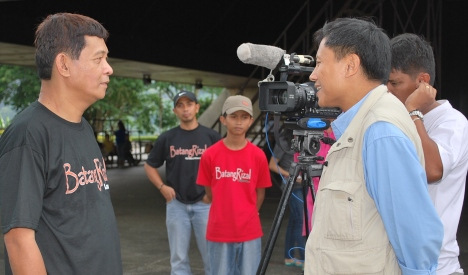 BatangRizalOrg members and a Proud Father Nick Astronomo interviewed / congratulated by GMA7 anchor / reportwe Howie Severino